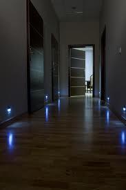 lampy montowane w dolnych partiach ściany